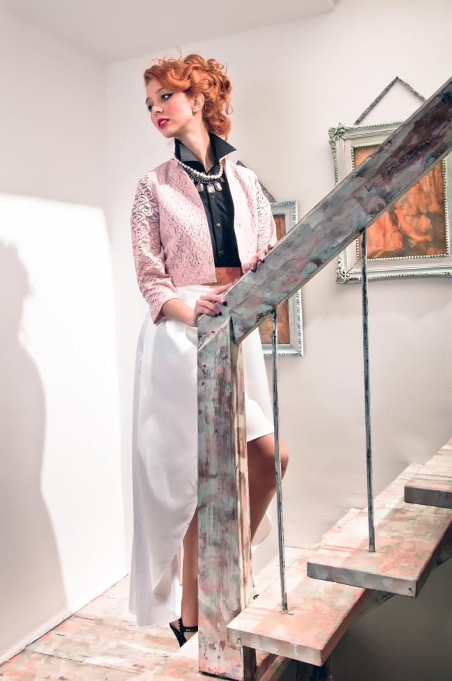 Camisa y falda de Camilo Álvarez, chaqueta rosada de Polite, correa en cobre de Camila Toro, collar de perlas con broche en perlas de Black Baccara