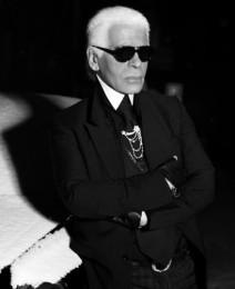 Karl Lagerfeld, el director creativo de Chanel siempre viste de negro