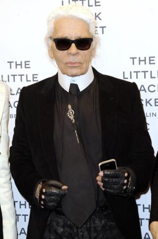 Karl Lagerfeld siempre usa guantes negros de cuero