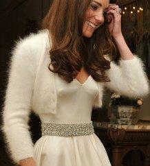 Kate Middelton con un cardigan y vestido de novia