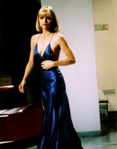 Michelle Pfeifer en un vestido azul en seda en la película Scarface