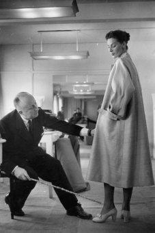 Dior revisando el largo del abrigo