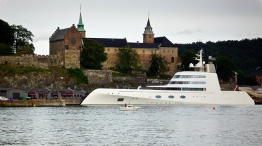 This megayacht, designed by Philippe Starck, is the most amazing sea vessel I've seen to date! Googling a little, I found out that it's name used to be Sigma, but is now A. Here it is in Oslo, at the cruise ship quay next to the Akershus fortress.